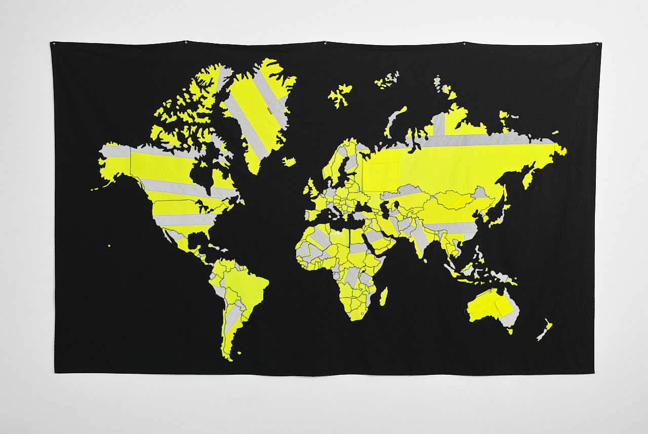 Jonathan Monk – The World in Safety Vests II, 2019, Stoffcollage, 144 x 244 cm